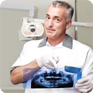 Dentista analiza la radiografia per preparare il preventivo