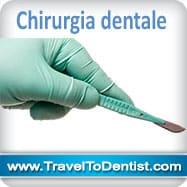 Cirugía dental. mano de un dentista con un escalpelo