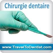 La chirurgie dentaire –la main d'un dentiste avec des bistouris